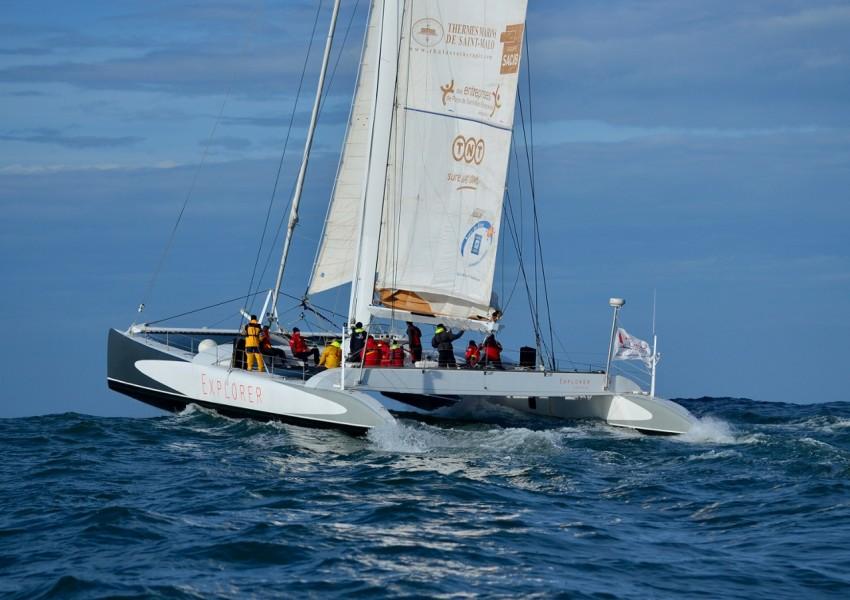 Maxi-catamaran-Explorer-au-large-de-groix